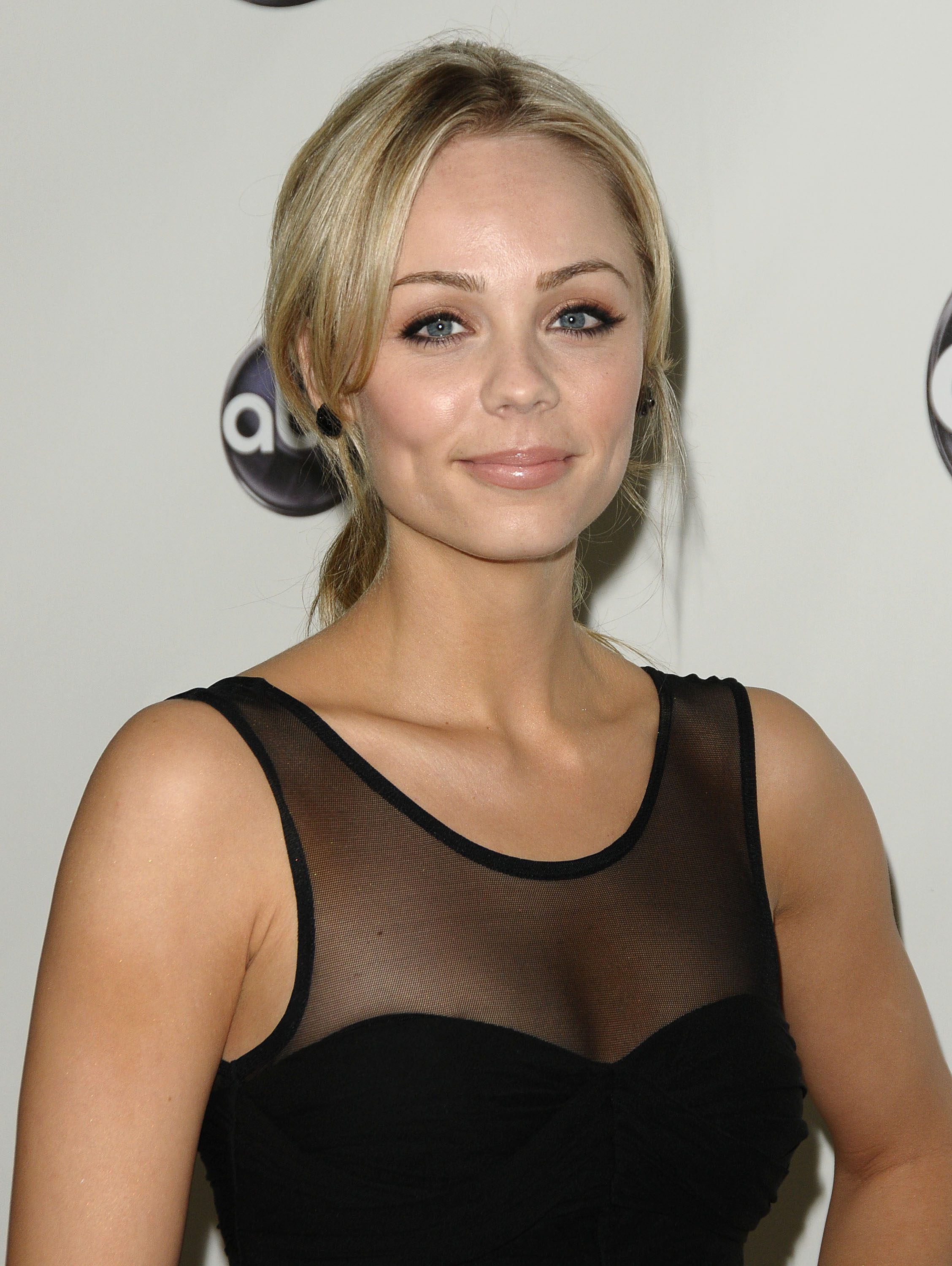 vandervoort girls Laura vandervoort has proven herself to be one of the most sexy and fun girls in movies and tv this laura vandervoort photo gallery includes pics of her face and body from the red carpet, beach, and even magazine photo shoots.